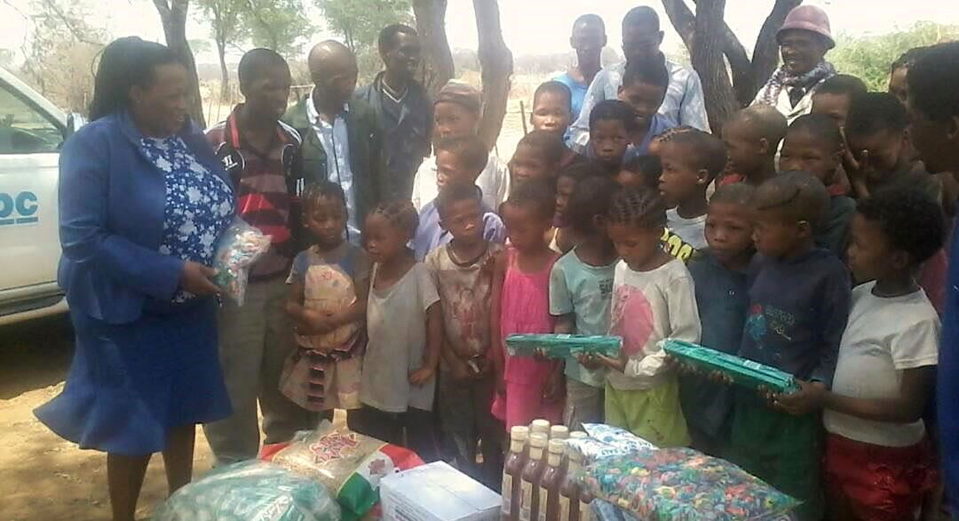 Sarah Zungu, N≠a Jaqna Conservancy Chairperson handing over food